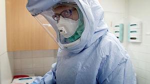 Sairaanhoitaja ebolan hoitoon tarkoitetussa suojapuvussa.