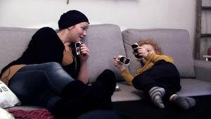 Wilma Dufva pelaa korttia poikansa kanssa.