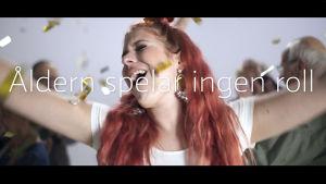 Pernilla Karlsson sjunger under ett konfettiregn.