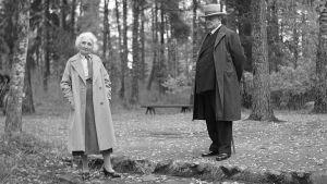 Aino ja Jean Sibelius Ainolan pihalla, noin vuonna 1930-35.