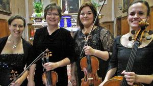 FINESTre-jousikvartetissa soittavat viulistit Kati Tuominen-Heroja ja Heidi Kuula, alttoviulisti Heili Hannikainen ja sellisti Elina Sipilä.