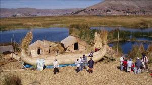 På flytande vassöar i sjön lever de kvarvarande ättlingarna från urufolket.