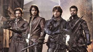 Musketeers-sarjan Aramis (Santiago Cabrera), D'Artagnan (Luke Pasqualino), Athos (Tom Burke) ja Porthos (Howard Charles)