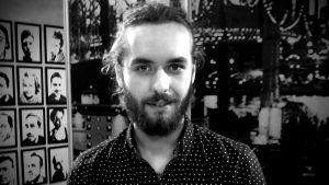 Svartvit halvbild på Paul Uotila.