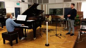 Pianisti Juho Alakärppä ja baritoni Aarne Pelkonen M2-studiossa