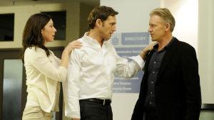 Firma-sarjan Abby (Molly Parker), Mitch (Josh Lucas) ja Ray McDeere (Callum Keith Rennie).