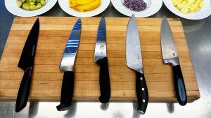 Kuningaskuluttajan kokkiveitsien testissä Fiskars, Marttiini, Victorinox, Ikea ja Jamie Oliver