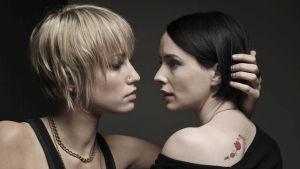 Lip Service-sarjan Frankie (Ruta Gedmintas) ja Cat (Laura Fraser).