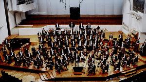 Jukka-Pekka Saraste ja Radion sinfoniaorkesteri Finlandia-talon lavalla vuonna 1994.