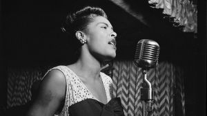 Billie Holiday sjunger i en mikrofon