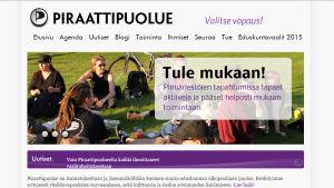 Grafiska element på Piratpartiets webbsida i april 2015.
