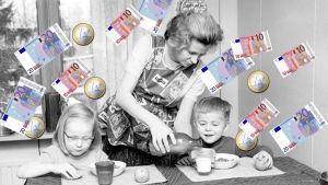 Kvinna som ger mat åt barn. Pengar regnar över dem. Svartvit bild.