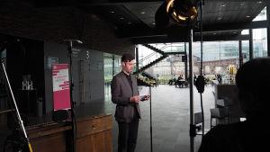 Säveltäjä Perttu Haapanen pitää puheenvuoron Kantapöydän suorassa lähetyksessä 29.4.2015.