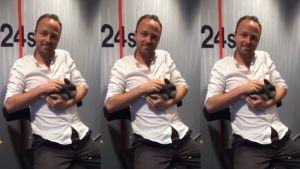 Asger Juhl och kaninen han sedan slog ihjäl med en cykelpump.