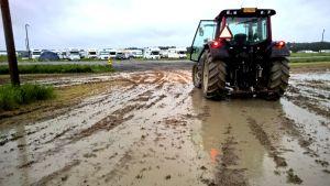 En av de 30 traktorer som hjälpte till med att få husvagnar och husbilar på plats.