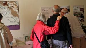 Besökare studerar arkeologiska utställningen i Greenway.