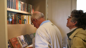 Besökare studerar Agatha Christies deckare i Greenways arbetsrum.