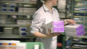 farmaceut som arbetar på apotek