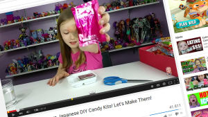 Liten ung tjej som recenserar leksaker på Youtube.