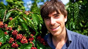 Simon Reeve kahviviljelmällä Vietnamissa