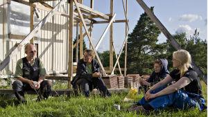 talkoarbetare håller paus vid föreningshus