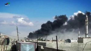 Rök efter ryska flygräder mot mål i staden Homs i Syrien.