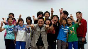 joukko oppilaita ja opettaja X kuvassa