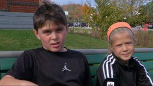 Annalise Collin och Zach Ayan vid Ocean Avenue Elementary School i Portland, Maine.