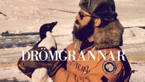 En man med en pingvin.