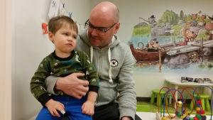 Juha Salmi med sonen Otto.