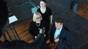 Ylen viulukilpailukommentaattori 2015 Tero Latvala yhdessä toimittajien Helena Hannikainen ja Lotta Emanuelsson kanssa.