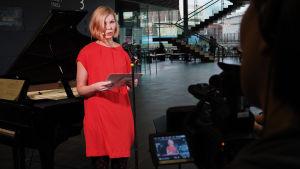 Minna Leinonen pitää Suomen säveltäjien puheenvuoron Kantapöydän suorassa lähetyksessä Musiikkitalon kahvilassa 2.12.2015.