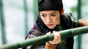 Zhang Ziyi esittää sokeaa tanssijaa Xiao Meitä elokuvassa Lentävien tikarien talo.