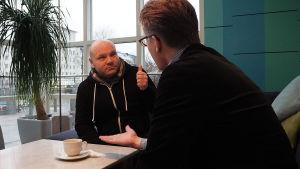 tenori Petri Bäckström ja toimittaja janne Koskinen