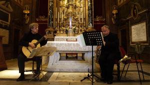 Duo Kai Nieminen-Timo Ahonen soittaa kirkossa Roomassa