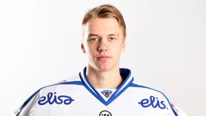 Suomen nuorten jääkiekkomaajoukkueen pelaaja Veini Vehviläinen