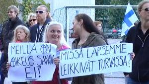 Invånare i Runosbacken i Åbo demonstrerar mot asylboende