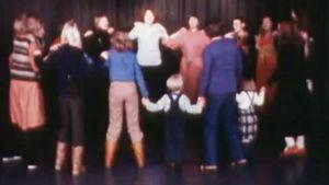 Dansande kvinnor och barn.