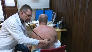 Patient undersöks med stetoskop