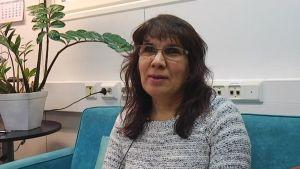 Tolken Edibe Mustafa samarbetar med polisen vid asylsamtal