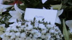 Blommor och kort på prinsessan Dianas bergavning.