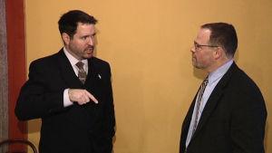 Jed Willard (till vänster) och Adam Berinsky planerar kursen i informationskrigföring för finländska tjänstemän den 18 januari 2016.