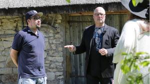 Tony ohjaa Ninjaa Ja Yoshikia harjoitteen tekemisessä.