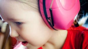 Barn med hörselskydd.
