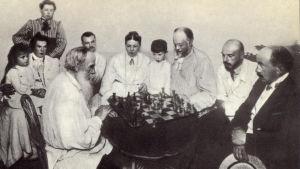 Leo Tolstoj spelar schack med en vän till familjen. Jasnaja Poljana. 1908.
