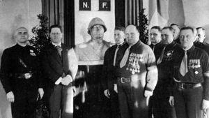IKL med ledaren Vihtori Kosola tar emot en byst av den italienska diktatorn Benito Mussolini.