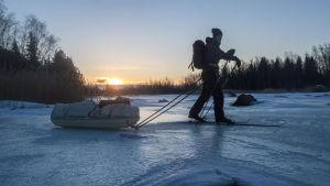 Skidar på isen med packning.