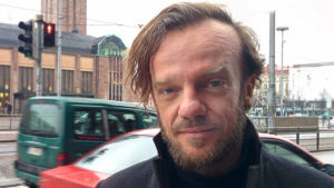 Oscar Bianchi Helsingin rautatieaseman edessä.