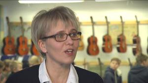 Kvinnlig musiklärare i klassrum