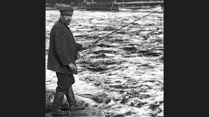 Juhani Aho kalastaa Huopanankoskella vuonna 1912. Kuvan on ottanut hänen hyvä kalakaverinsa, asemapäällikkö Rudolf Ahonius.